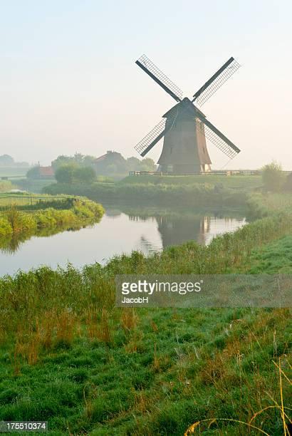 オランダの風車 - 風車塔 ストックフォトと画像