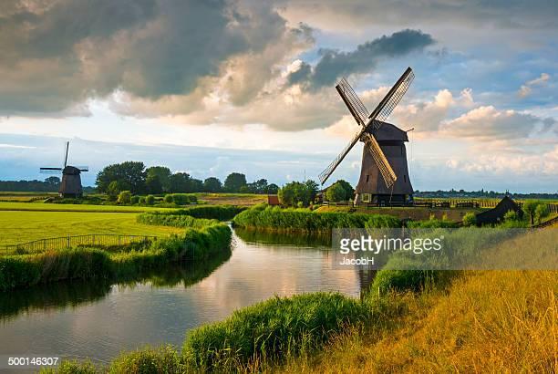 holländische windmühle - niederlande stock-fotos und bilder