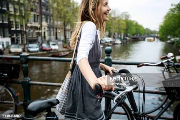 dutch woman in amsterdam - amsterdam imagens e fotografias de stock