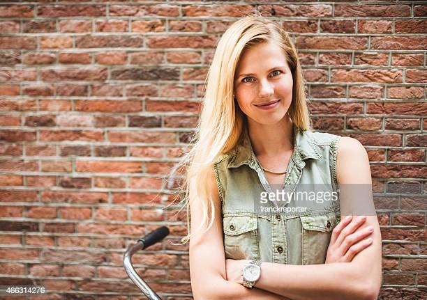 Dutch femme portrait contre un mur de briques