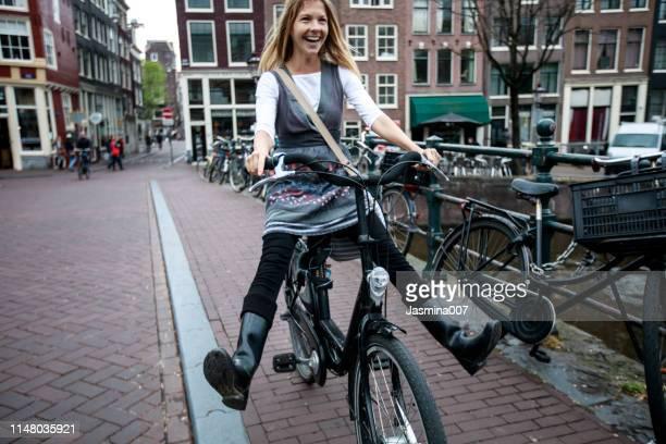 nederlandse vrouw met fiets in amsterdam - nederlandse cultuur stockfoto's en -beelden