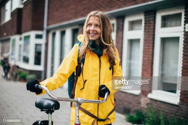 nederlandse vrouw met fiets in amsterdam - noord holland stockfoto's en -beelden