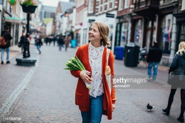nederlandse vrouw met tulpen in utrecht - benelux stockfoto's en -beelden