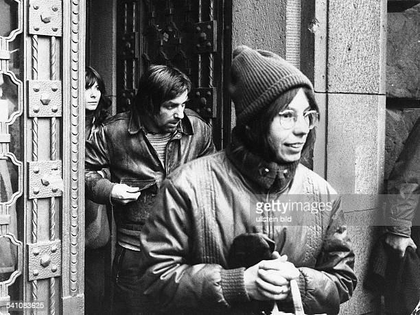 Dutschke, Rudi *-+Soziologe, Studentenfuehrer, D- mit Ehefrau Grete beim Verlassen desGerichtsgebaeudes in Berlin-Moabit,wo er dem Prozess gegen...