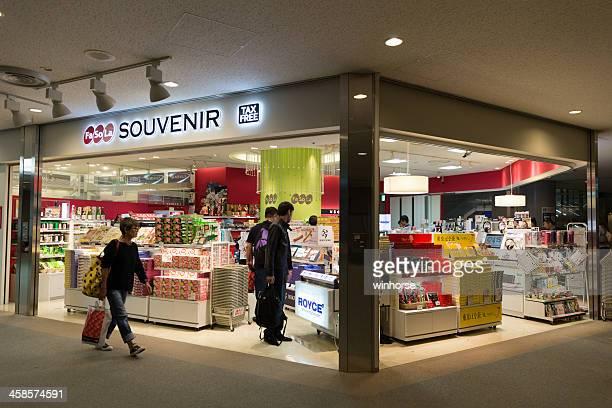 tienda libre de impuestos en el aeropuerto narita, japón - narita international airport fotografías e imágenes de stock