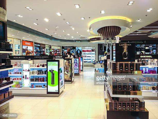 duty free store in zurich airport - duty free stock pictures, royalty-free photos & images