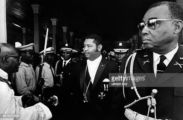 Duvalier, Jean Claude 'Baby Doc' *-Politiker, Staatspräsident 1971-86, HaitiDuvalier im Kreise vonMilitärs bei einer Amtshandlungohne weitere...