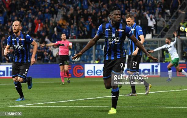 Duvan Zapata of Atalanta BC celebrates after scoring the 1-1 goal during the Serie A match between Atalanta BC and US Sassuolo at Mapei Stadium -...