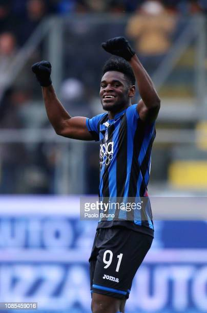Duvan Zapata of Atalanta BC celebrates after scoring the team's fifth goal during the Serie A match between Frosinone Calcio and Atalanta BC at...