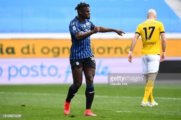 Duvan Zapata of Atalanta BC celebrates after scoring their team's third goal during the Serie A match between Atalanta BC and Udinese Calcio at...