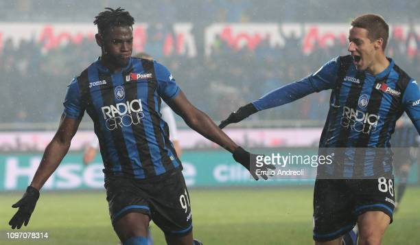 Duvan Zapata of Atalanta BC celebrates his goal with his teammate Mario Pasalic during the Serie A match between Atalanta BC and SPAL at Stadio...