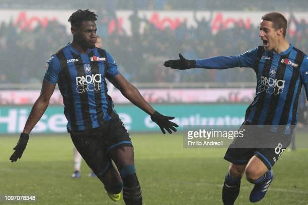 Duvan Zapata of Atalanta BC celebrates his goal with his team-mate Mario Pasalic during the Serie A match between Atalanta BC and SPAL at Stadio...
