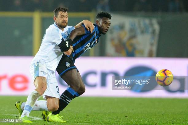 Duvan Zapata of Atalanta BC competes for the ball with Fracesco Acerbi of SS Lazio during the Serie A match between Atalanta BC and SS Lazio at...