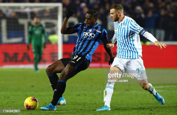 Duvan Zapata of Atalanta BC competes for the ball with Francesco Vicari of Spal during the Serie A match between Atalanta BC and SPAL at Gewiss...