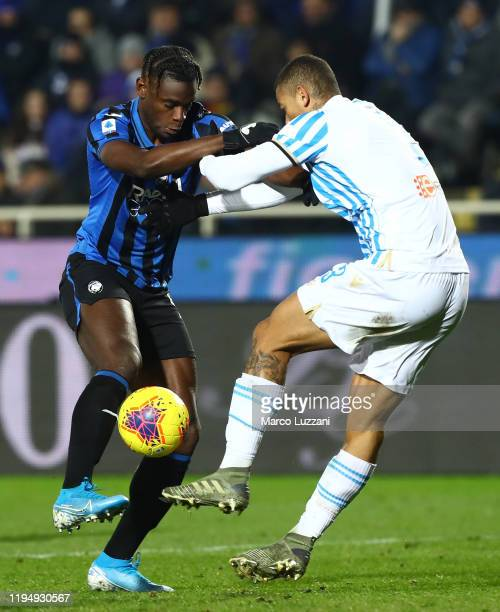 Duvan Zapata of Atalanta BC competes for the ball with Igor of Spal during the Serie A match between Atalanta BC and SPAL at Gewiss Stadium on...