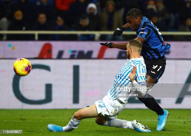 Duvan Zapata of Atalanta BC is challenged by Francesco Vicari of Spal during the Serie A match between Atalanta BC and SPAL at Gewiss Stadium on...