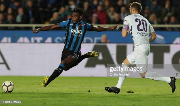 Duvan Zapata of Atalanta BC is challenged by German Pezzella of ACF Fiorentina during the TIM Cup match between Atalanta BC and ACF Fiorentina at...