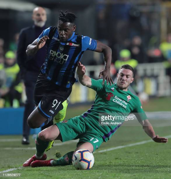 Duvan Zapata of Atalanta BC is challenged by Jordan Veretout of ACF Fiorentina during the Serie A match between Atalanta BC and ACF Fiorentina at...