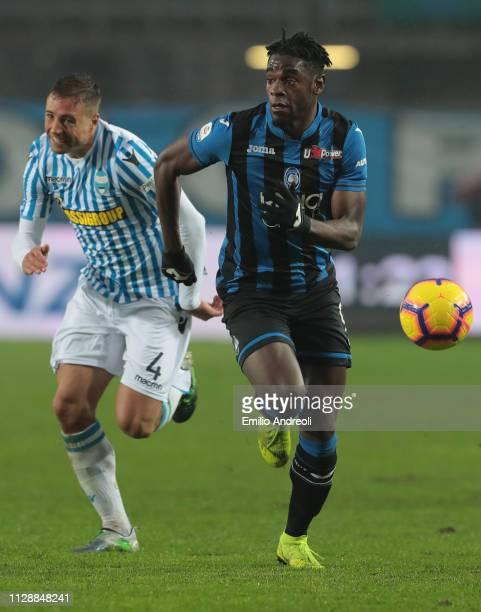 Duvan Zapata of Atalanta BC is challenged by Thiago Cionek of Spal during the Serie A match between Atalanta BC and SPAL at Stadio Atleti Azzurri...