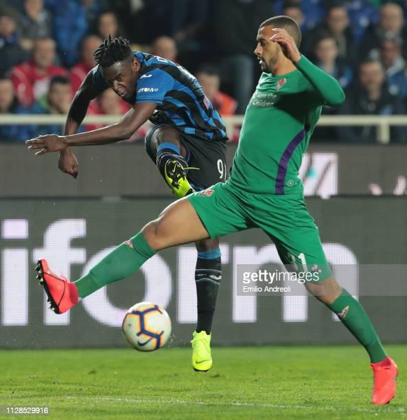 Duvan Zapata of Atalanta BC kicks the ball against Vitor Hugo of ACF Fiorentina during the Serie A match between Atalanta BC and ACF Fiorentina at...