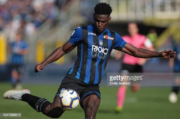 Duvan Zapata of Atalanta BC kicks the ball during the Serie A match between Atalanta BC and UC Sampdoria at Stadio Atleti Azzurri d'Italia on October...