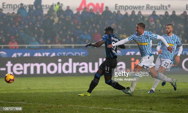 Duvan Zapata of Atalanta BC scores his goal during the Serie A match between Atalanta BC and SPAL at Stadio Atleti Azzurri d'Italia on February 10...