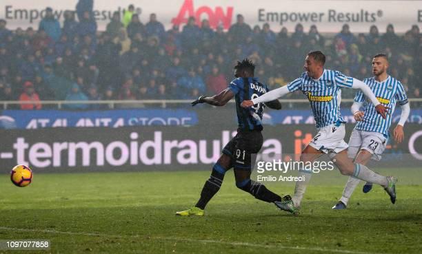 Duvan Zapata of Atalanta BC scores his goal during the Serie A match between Atalanta BC and SPAL at Stadio Atleti Azzurri d'Italia on February 10,...