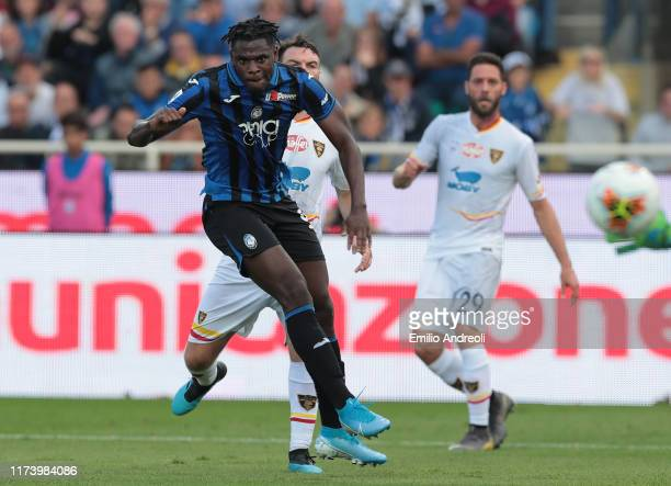 Duvan Zapata of Atalanta BC scores the opening goal during the Serie A match between Atalanta BC and US Lecce at Gewiss Stadium on October 6 2019 in...