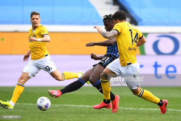 Duvan Zapata of Atalanta BC scores their team's third goal during the Serie A match between Atalanta BC and Udinese Calcio at Gewiss Stadium on April...