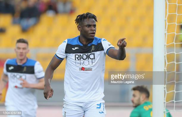 Duvan Zapata of Atalanta celebrates after scoring his team's 4th goal during the Serie A match between US Lecce and Atalanta BC at Stadio Via del...