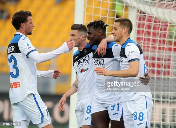 Duvan Zapata of Atalanta celebrates after scoring his team's 4th goal during the Serie A match between US Lecce and Atalanta BC at Stadio Via del...