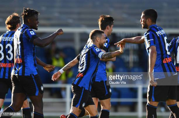 Duvan Zapata of Atalanta celebrates after scoring the second goal during the Serie A match between Atalanta BC and US Sassuolo at Gewiss Stadium on...