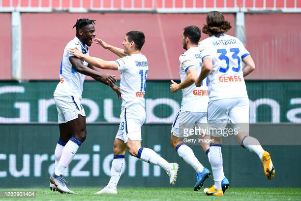 Duvan Zapata of Atalanta celebrates with his team-mates Ruslan Malinovskyj, Remo Freuler and Hans Hateboer after scoring a goal during the Serie A...