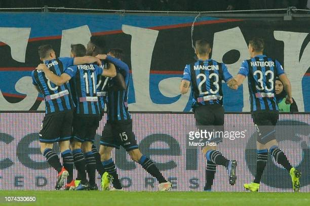 Duvan Zapata of Atalnava BC celebrates the opening goal with his team mates during the Serie A match between Atalanta BC and SS Lazio at Stadio...