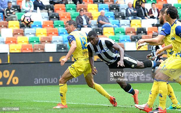 Duvan Zapata of Udinese Calcio scores his opening goal during the Serie A match between Udinese Calcio and AC ChievoVerona at Stadio Friuli on...