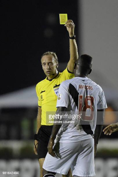Duvier Riascosof Vasco da Gama recevies a yellow card from referee Daniel Fedorczuk during a Group Stage match between Vasco and Universidad de...