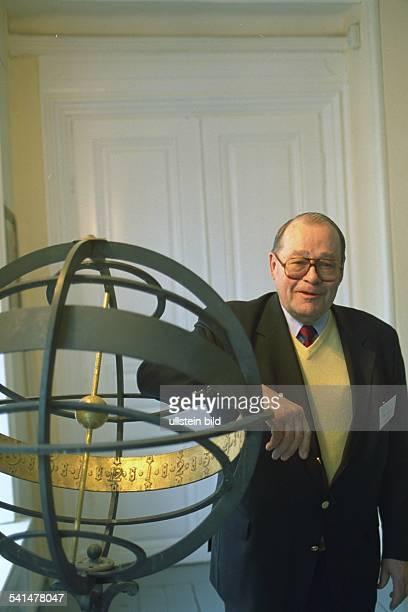 DVorstandsvorsitzender des Vereins AltLouisenlunder Bund posiert am Globus lehnend