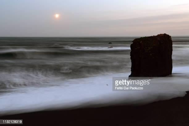 dvotta beach and rock at austurhorn in the southern part of iceland - austurland stock-fotos und bilder