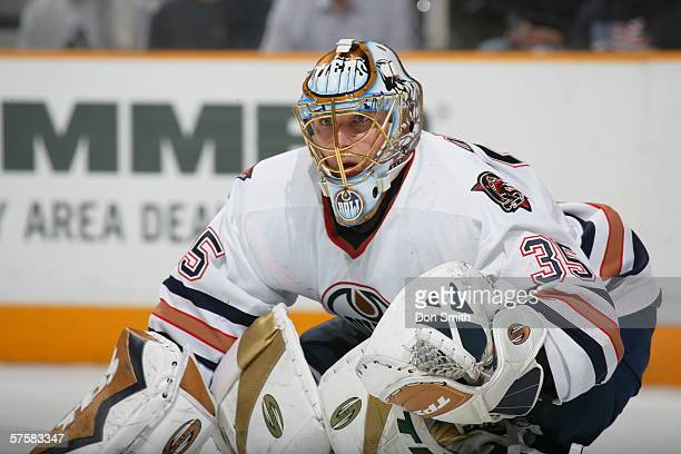 Dwayne Roloson of the Edmonton Oilers sets himself for a shot during Game 2 of the Western Conference Semifinals against the San Jose Sharks on May...