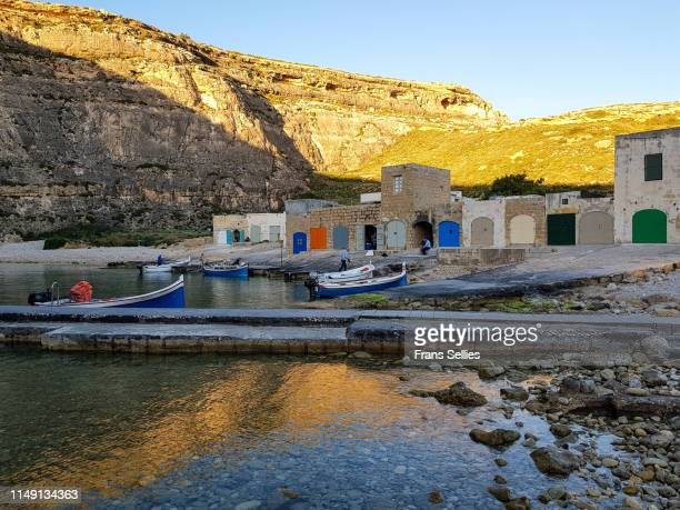dwejra inland sea, gozo (malta) - dwejra stock-fotos und bilder