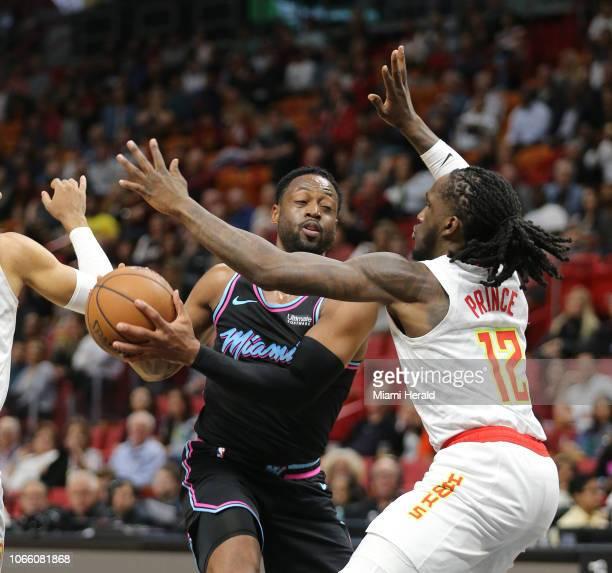 Dwyane Wade del Miami Heat batalla para superar a Taurean Prince de los Atlanta Hawks en el segundo cuarto del partido del martes 27 de noviembre en...