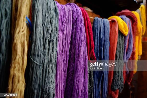 dyed scarves - tintura - fotografias e filmes do acervo