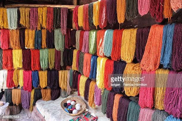 dyed skeins - provinz cusco stock-fotos und bilder