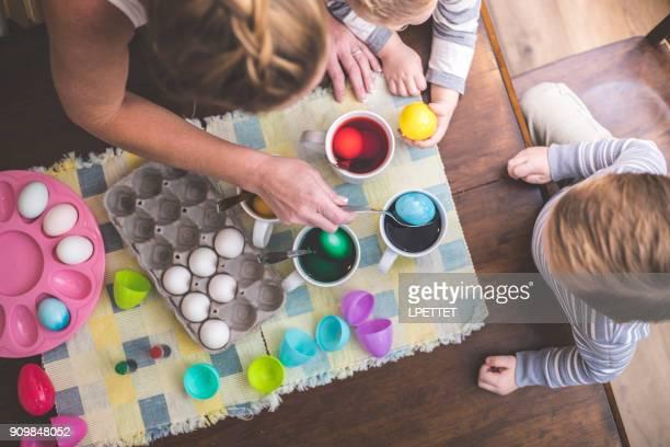 ostern eier färbung - färbemittel stock-fotos und bilder