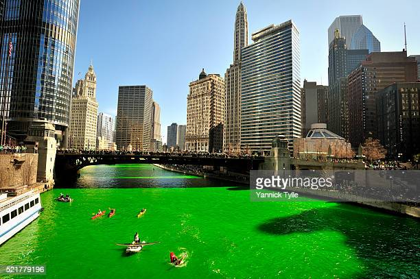 dyeing the chicago river green on st. patrick's day - 聖パトリックの日 ストックフォトと画像