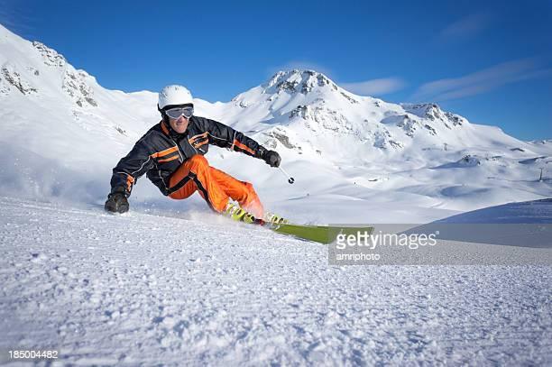 Dynamische Skifahrer Skulptur
