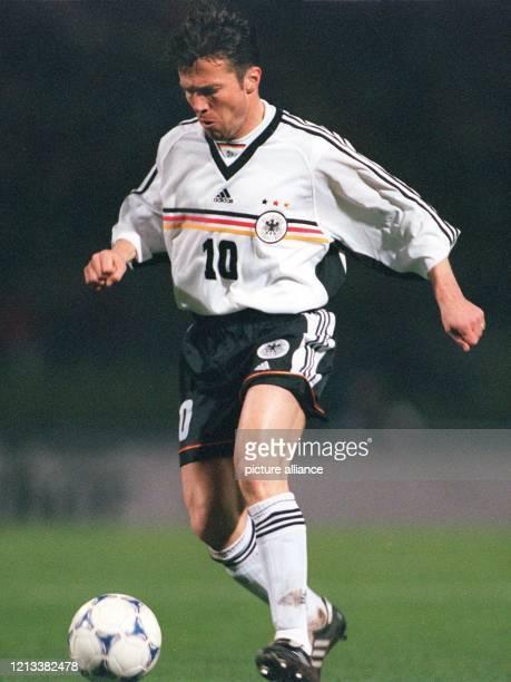 Dynamisch auch noch mit 38: Der Münchner Abwehrspieler Lothar Matthäus führt den Ball am 31.3.1999 im Nürnberger Frankenstadion im...