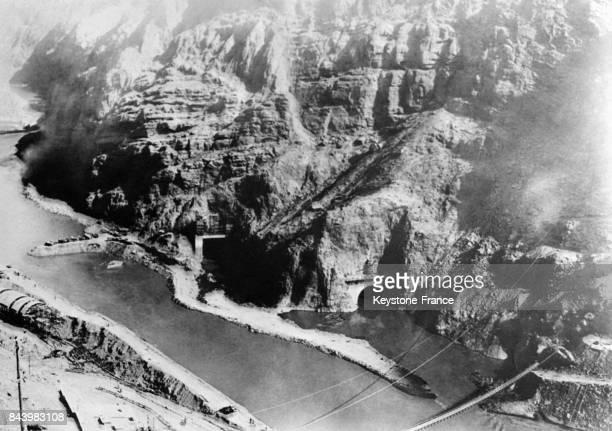 Dynamitage des rochers lors de la construction du plus grand barrage du monde le Barrage Hoover le 23 novembre 1932 à Boulder City CO