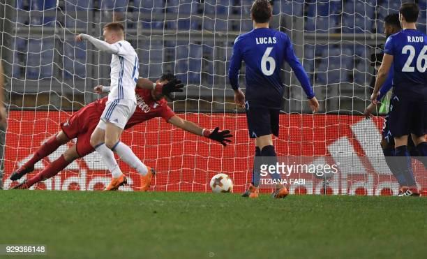 Dynamo Kiev's midfielder from Ukraine Viktor Tsygankov scores during the UEFA Europa League round 16 firstleg football match SS Lazio vs Dynamo Kyiv...