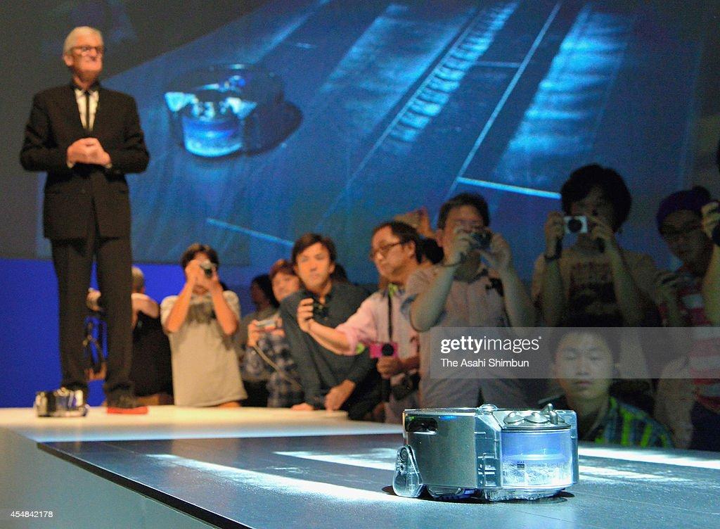 Dyson Unveils Robot Vacuum Cleaner : ニュース写真